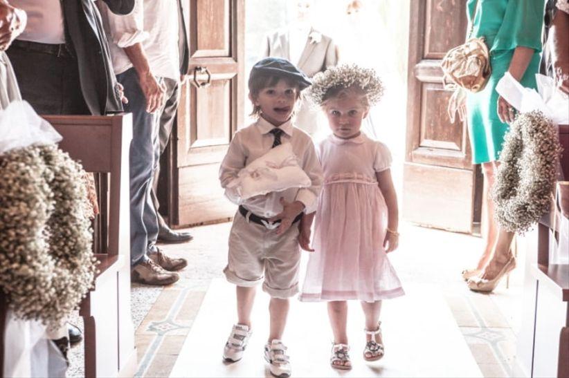 03b17c2f18eb Sotto gli abiti da cerimonia per bambine e per bambini si nascondono  pargoli di età compresa tra i 4 e i 10 anni
