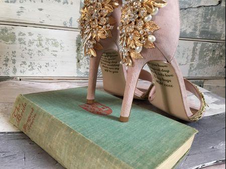 Una sposa scopre un emozionante messaggio nella suola delle sue scarpe