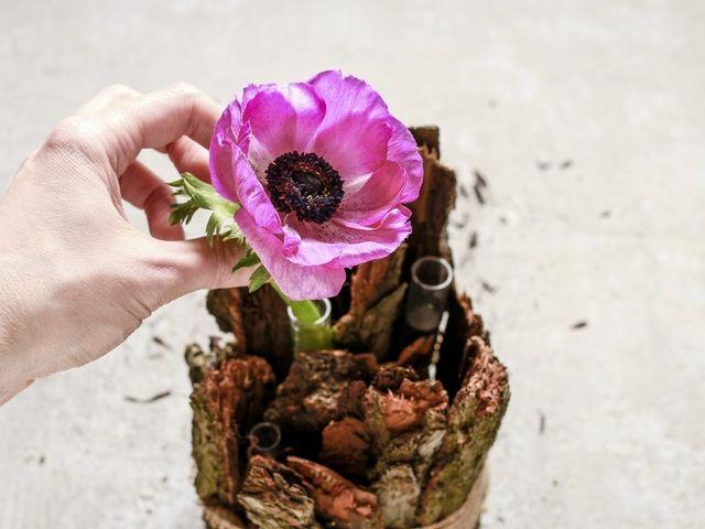 Centro tavola fai da te con corteccia e fiori