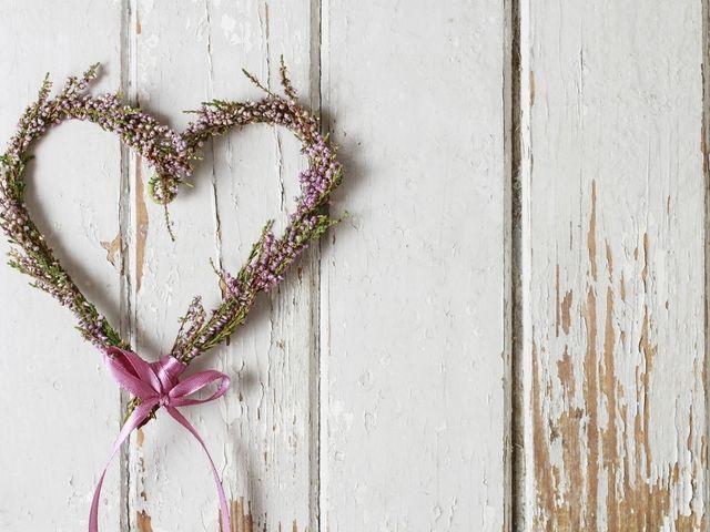 Decora le nozze con i cuori fatti di fiori