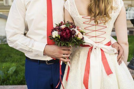 Il look da sposa con un tocco di colore