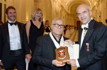 Carlo Pignatelli riceve il premio istituito dal Gran Ballo della Veneraria Reale per la migliore Eccellenza Italiana