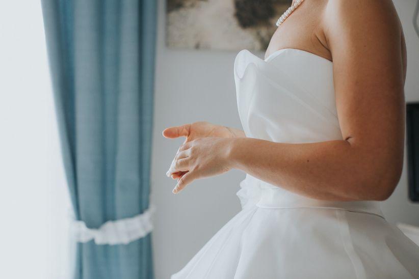 675517cec87e Vi guarderete allo specchio e riuscirete già a immaginarvi con  l acconciatura da sposa laterale e il bouquet tra le mani