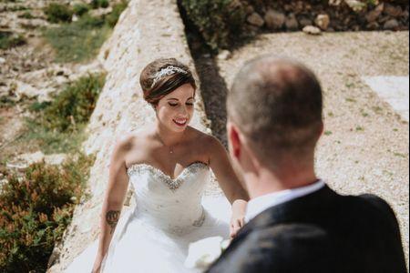 Ritorno agli anni '90: fasce e cerchietti per l'acconciatura da sposa