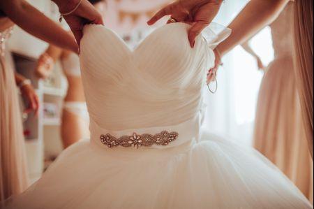 Perline, pietre preziose e piume: un must per le spose 2019
