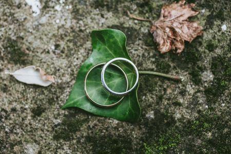 6 consigli per scattare foto perfette agli anelli di fidanzamento e alle fedi nuziali
