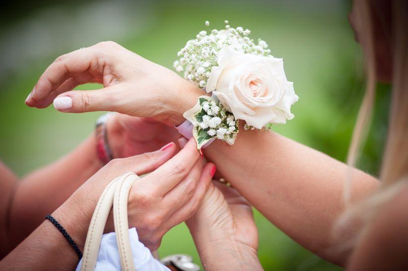 97b6eedadb82 Damigelle d onore  l accessorio più romantico è il corsage!