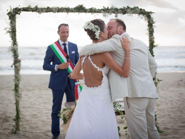 Il matrimonio di Luca e Simona a Viareggio, Lucca 32
