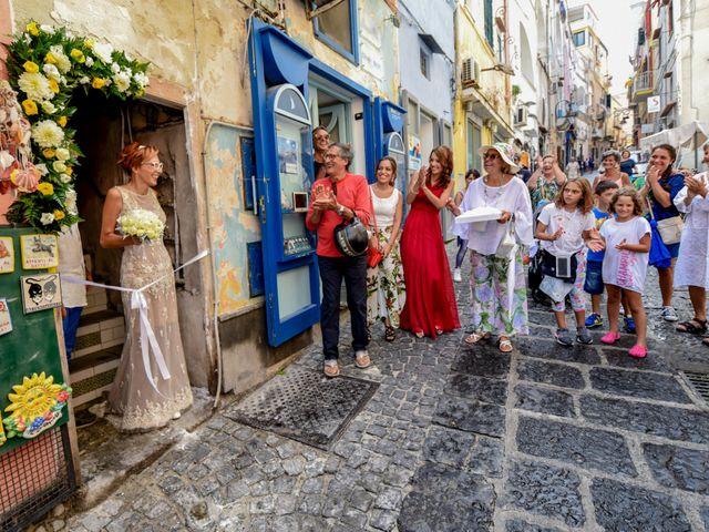 Il matrimonio di Roberto e Mariangela a Procida, Napoli 16