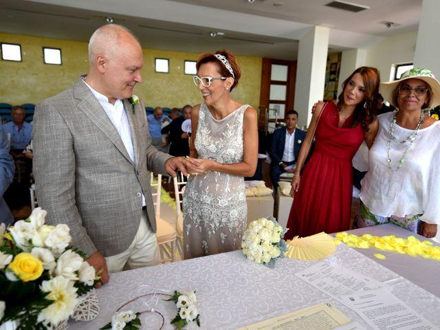 Il matrimonio di Roberto e Mariangela a Procida, Napoli 23