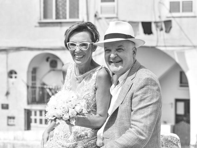 Il matrimonio di Roberto e Mariangela a Procida, Napoli 32