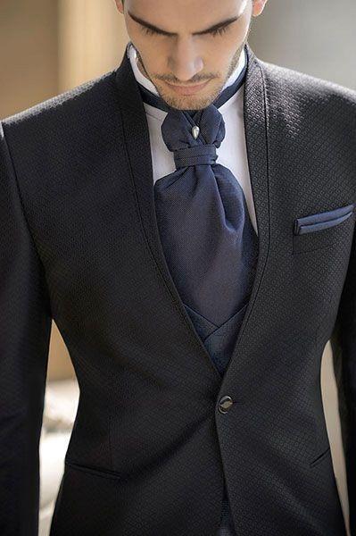 Durante il ricevimento cosa fa lo sposo alla sua cravatta? 👔 1