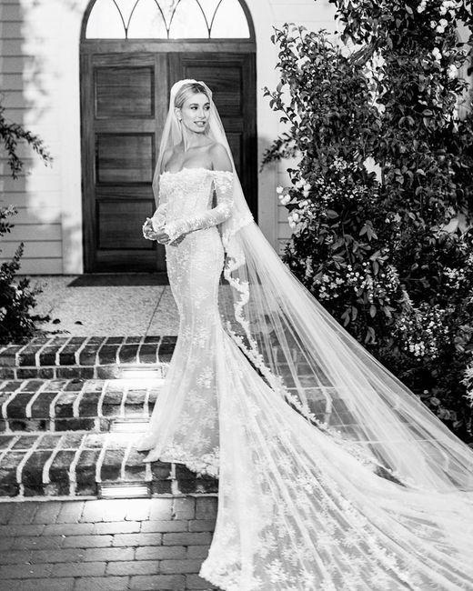 Che voto dai al vestito (e al velo) di Hailey Bieber? 1