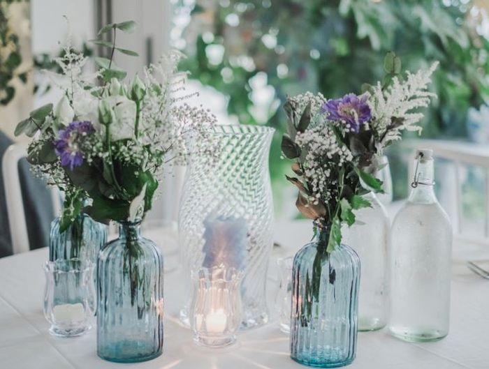 Centrotavola con bottiglie e fiori: sì o no? 1