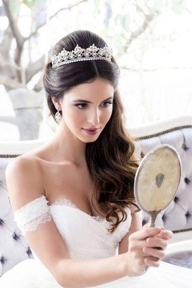 10 acconciature sposa con tiara da vera principessa - Moda nozze ... 305b474c7792