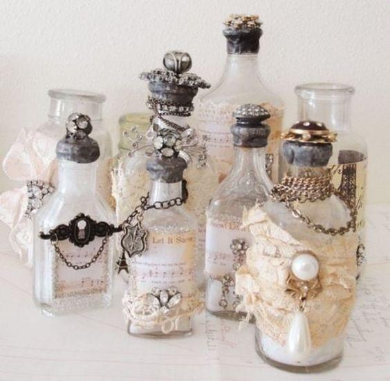 delle vecchie bottiglie possono essere vestite a festa ed utilizzate come centrotavola