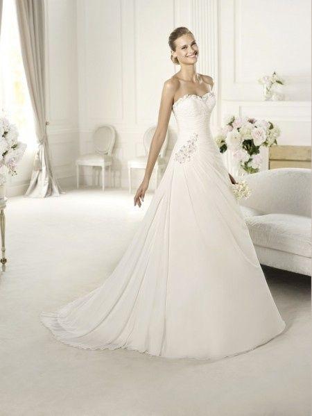 Il cosidetto modello A,line è il classico abito con bustino aderente che  disegna le forme con eleganta e fluidità e con la gonna che va  progressivamente ad
