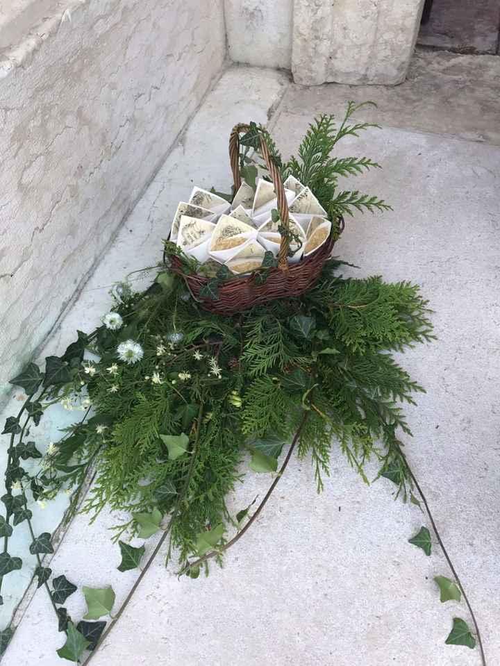 Decorazione esterna chiesa con coni riso in cestino (distribuiti dalle damigelle)