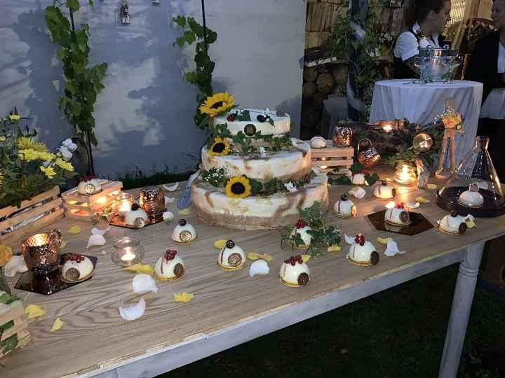 Torta da taglio e allestimenti con specchi, edera, fiori, lanterne e lucine
