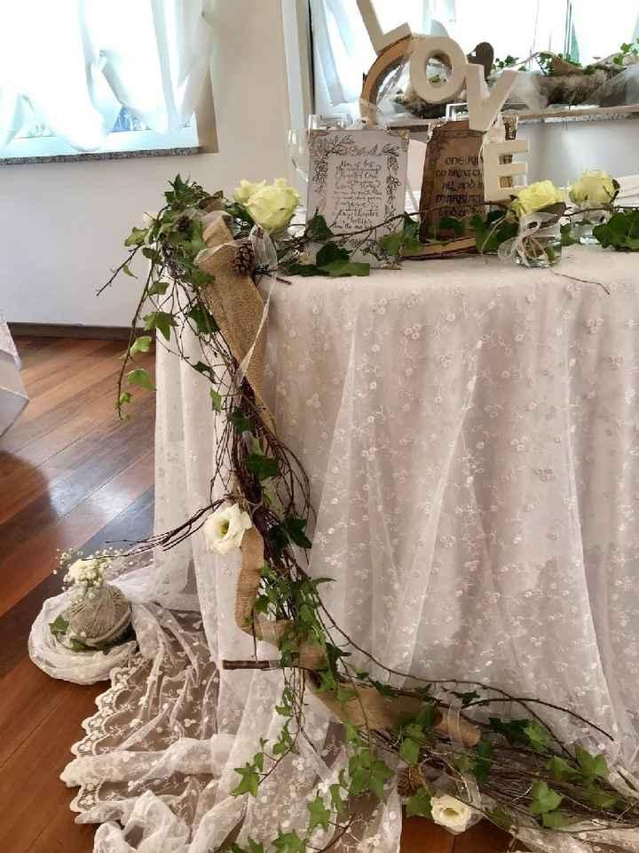 Tavolo sposi con quadretti con frasi Narnia e signore degli anelli