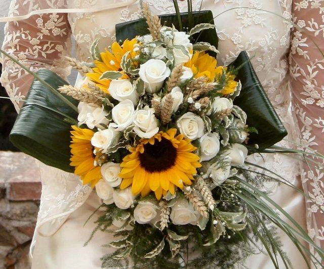 Matrimonio Girasoli E Spighe : Bouquet girasoli e rose bianche foto cerimonia nuziale