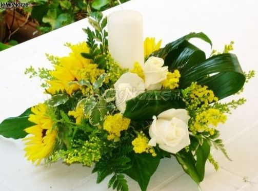 Matrimonio Girasoli E Rose Bianche : Centrotavola girasoli rose bianche e candela foto