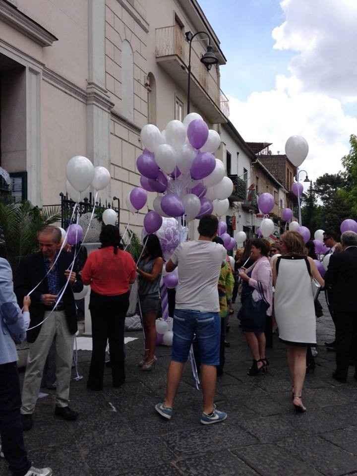 palloni fuori la chiesa