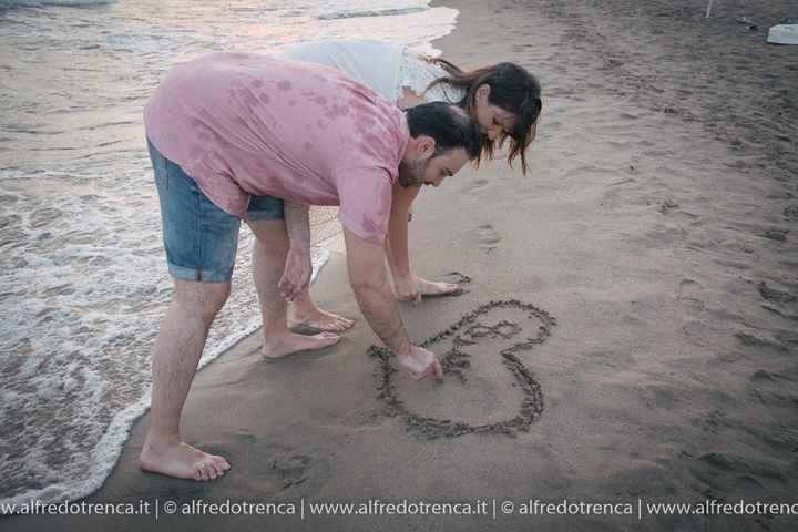 Noi due scrivendo la nostra data sulla sabbia