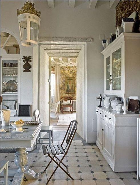 ... bianchi , tantissimi accessori bianchi e colori pastello, finestre