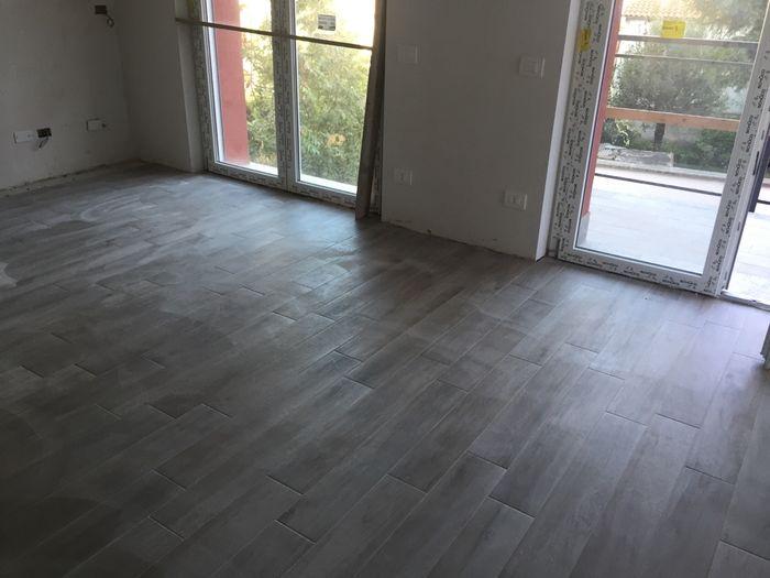 Pavimento senza fughe marmi u nuovi arrivi with pavimento - Posare piastrelle su piastrelle ...