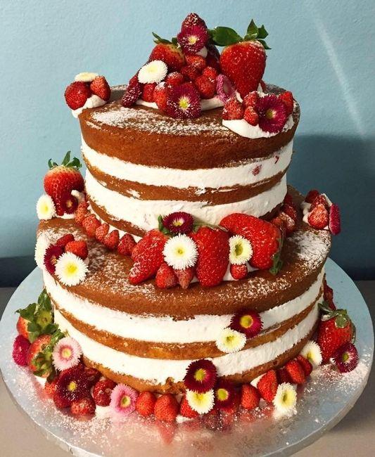 Naked cake romantica con fiori cristallizzati