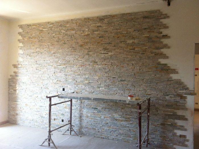 Parete in pietra elegant petra pitturata grigio scuro e bianca with parete in pietra fabulous - Parete salotto in pietra ...