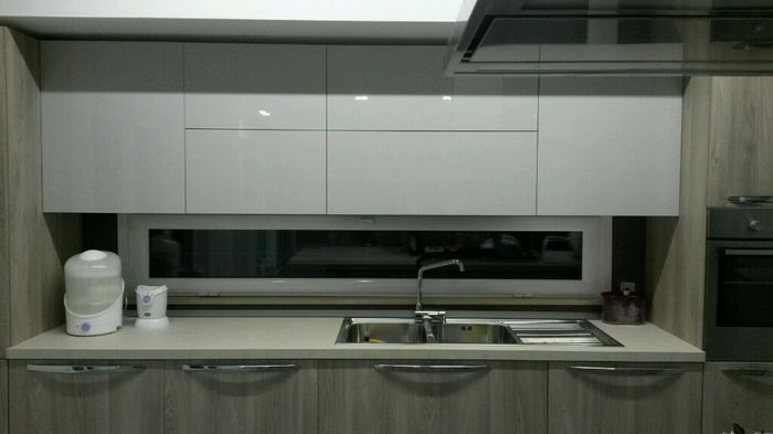 Cucina con finestra sul lavello laminato o laccato come - Cucine moderne con finestra sul lavello ...