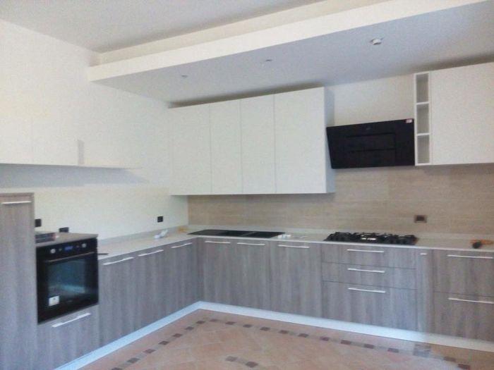 Chi ha in cucina top grigio e lavello e piano cottura neri - Top cucina porfido ...