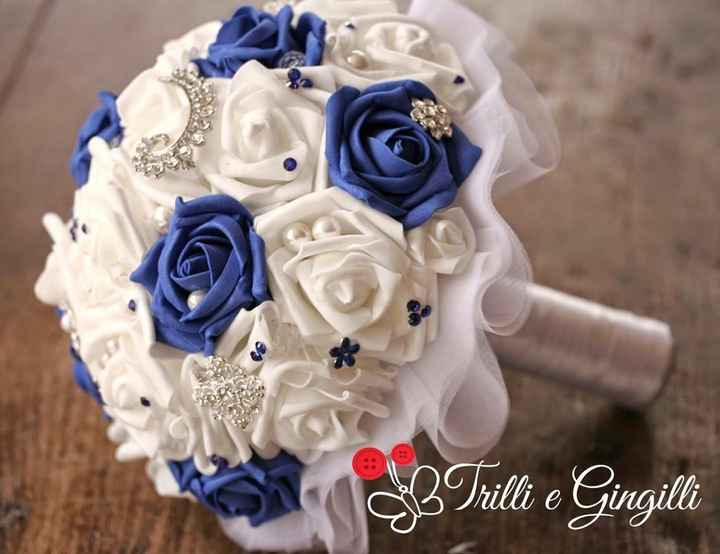 Vestito bianco con richiami blu il bouquet cime deve essere??? - 2