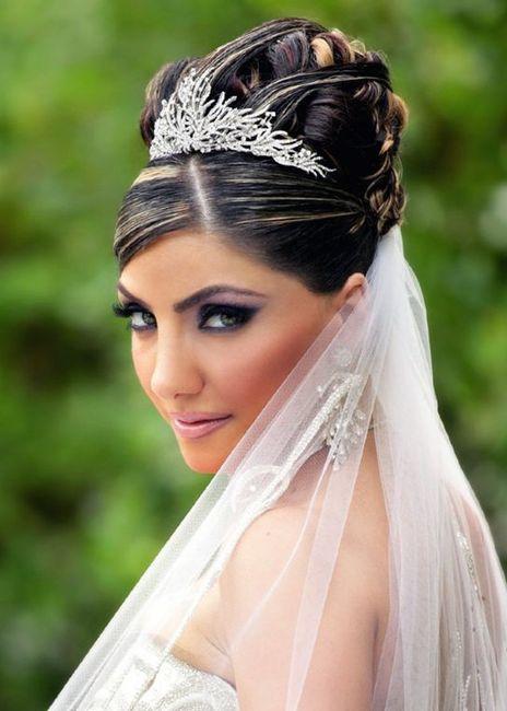 Diadema sposa acconciatura acconciatura con ciambella ... a819dd0835d2