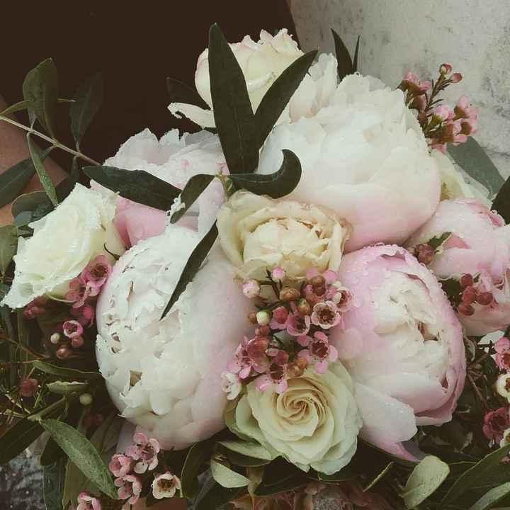 Peonie rosa, rose, olivo, vax flora rosa e eucalipto