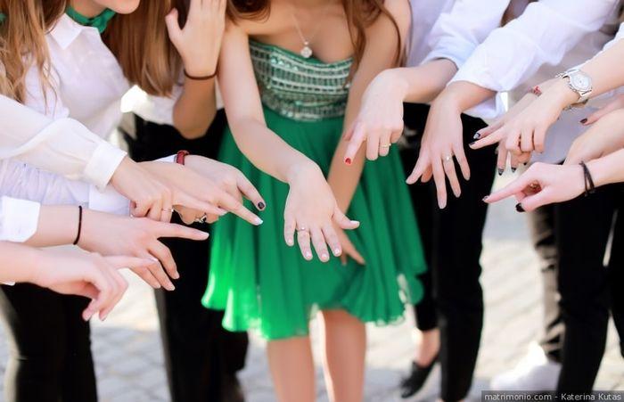 A chi avete mostrato per primo il vostro anello di fidanzamento? 💍 1