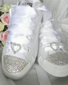 Scarpe Da Ginnastica Per Sposa.La Sposa Con Le Scarpe Da Ginnastica Bianche Moda Nozze