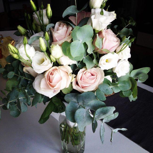 rose rosa, rose bianche ed eucalipto
