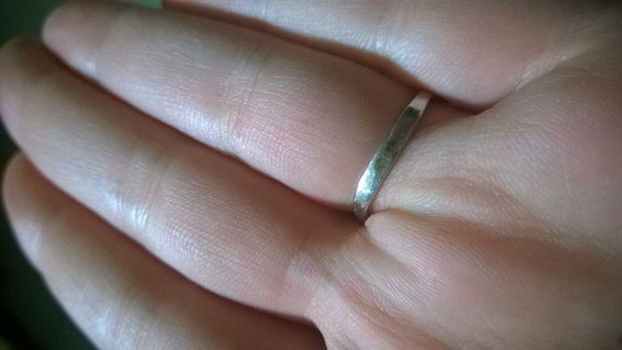 ecco qua l'annello, le macchiette sono sul retro, spero si veda bene