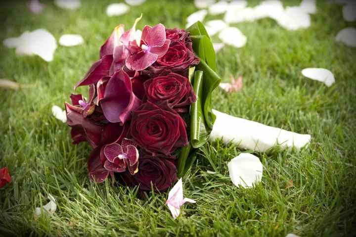 Il mio bouquet sarà di fiori di tessuto e gioielli. Fatto da me :) – simile a questo: