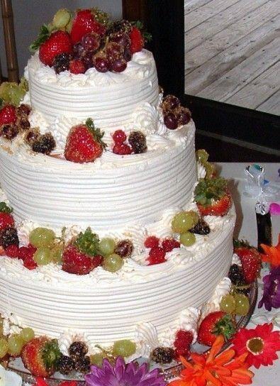 Torta nuziale ricoperta di panna - 1 - Foto Ricevimento di nozze
