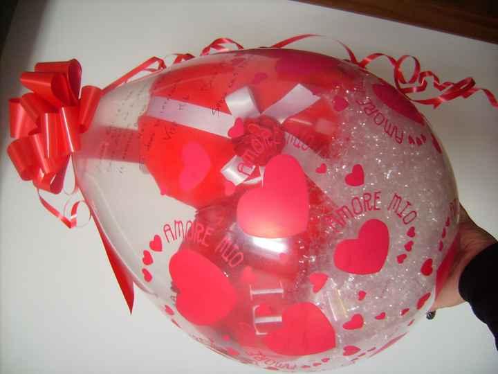 il mio regalo un pallone con dentro un cuscino a forma di cuore