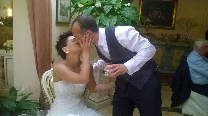 con il mio maritino ci scambiamo uno dei tanti baci richiesti dagli amici