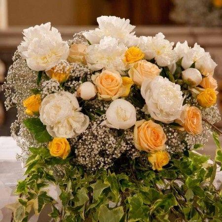 Bouquet fiori gialli, bianchi e velo da sposa