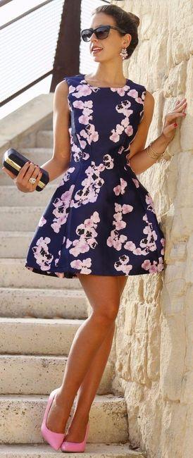 A) Vestito con fantasia floreale