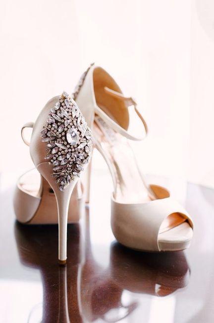 A) Scarpe da sposa