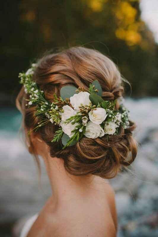 Acconciatura sposa. Raccolto con fiori