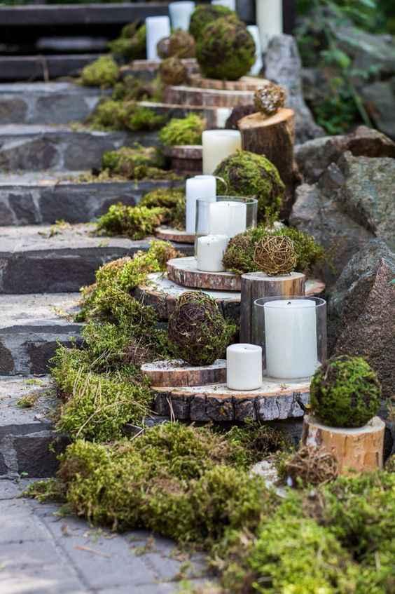 Allestimento scale con muschi, candele e legno